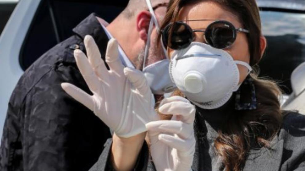 La OMS advierte que el uso de guantes no previene el contagio por...