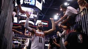 Ricky Rubio saluda a los aficionados de los Suns de camino al...