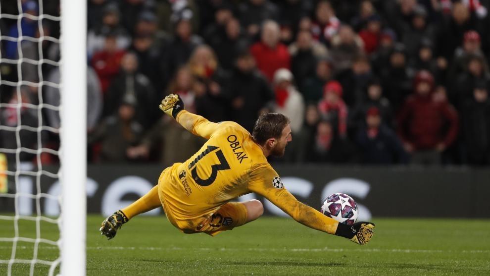 Oblak realiza un paradón en Anfield ante el Liverpool.
