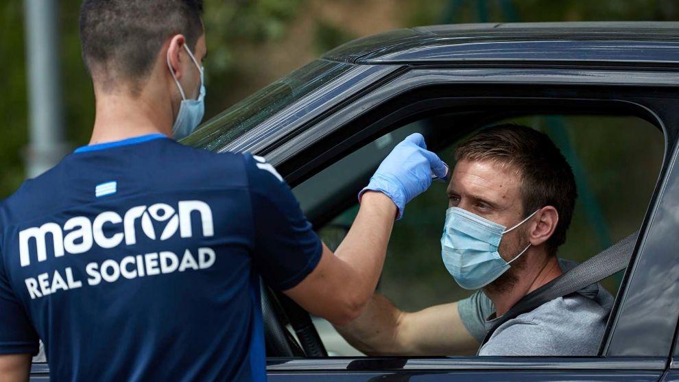 Un empleado toma la temperatura a Monreal a su llegada a Zubieta.