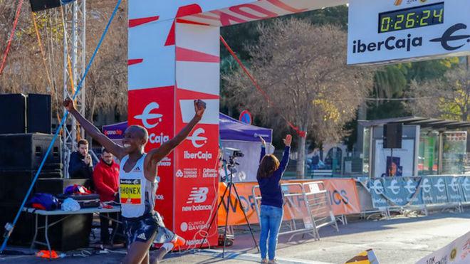 Kipruto cruza la línea de meta del 10K Valencia Ibercaja.