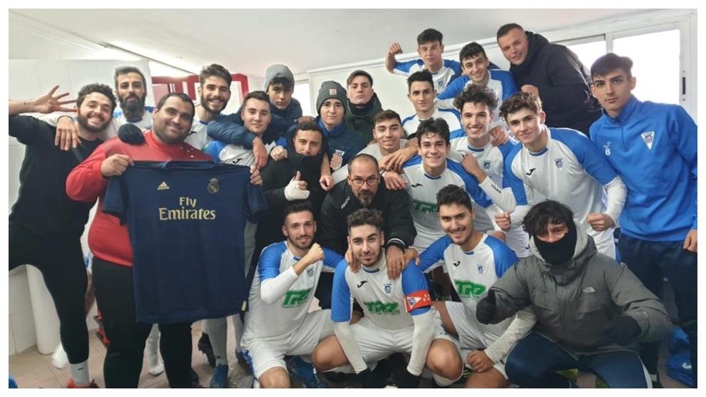 Jugadores y cuerpo técnico del Nuevo Puerta Bonita celebran el...
