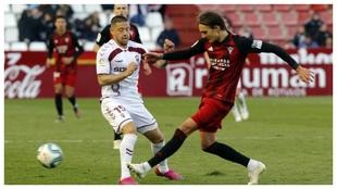Acuña lucha con Sergo González para hacerse con el balón en un...