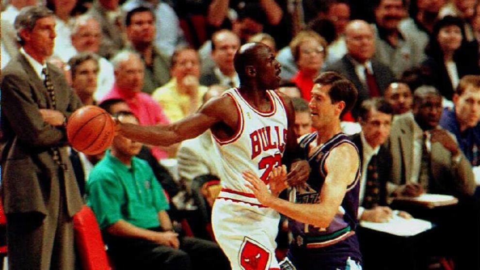 Michael Jordan protege el balón ante Jeff Hornacek en un Bulls-Jazz.