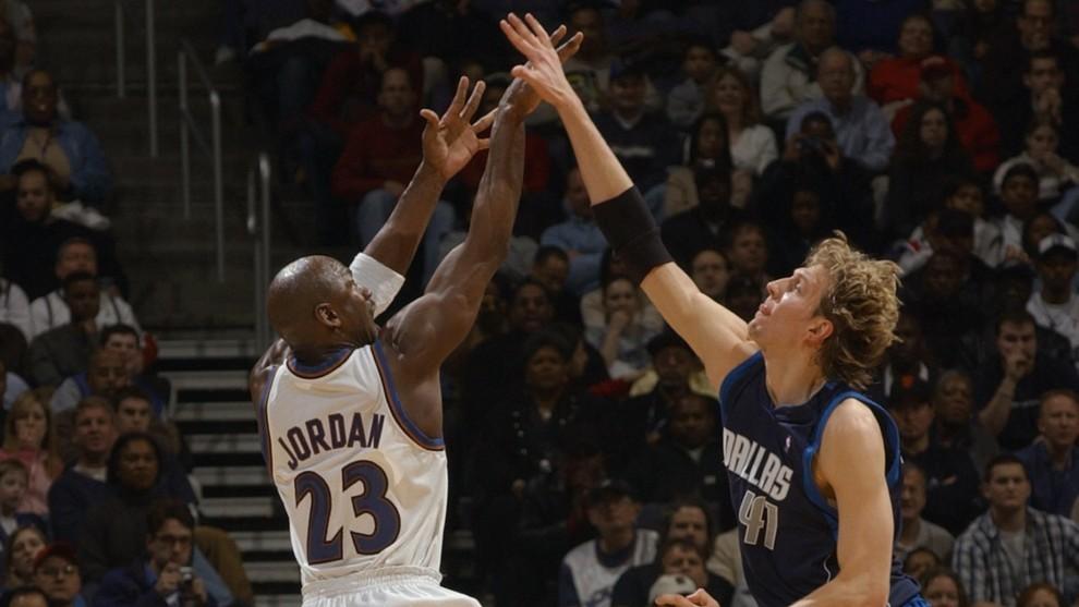 Jordan lanza delante de Nowitzki en un partido entre los Wizards y los...