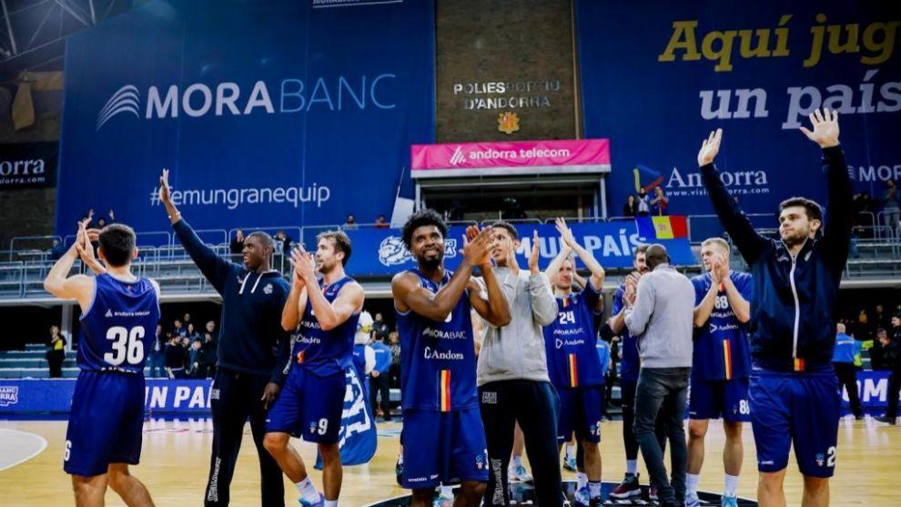 La plantilla del MoraBanc Andorra saluda a la afición tras un...