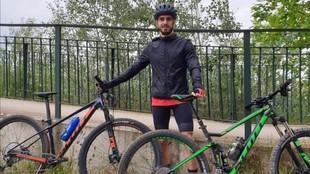 Javi Ros posa con unas bicicletas tras realizar su trabajo.