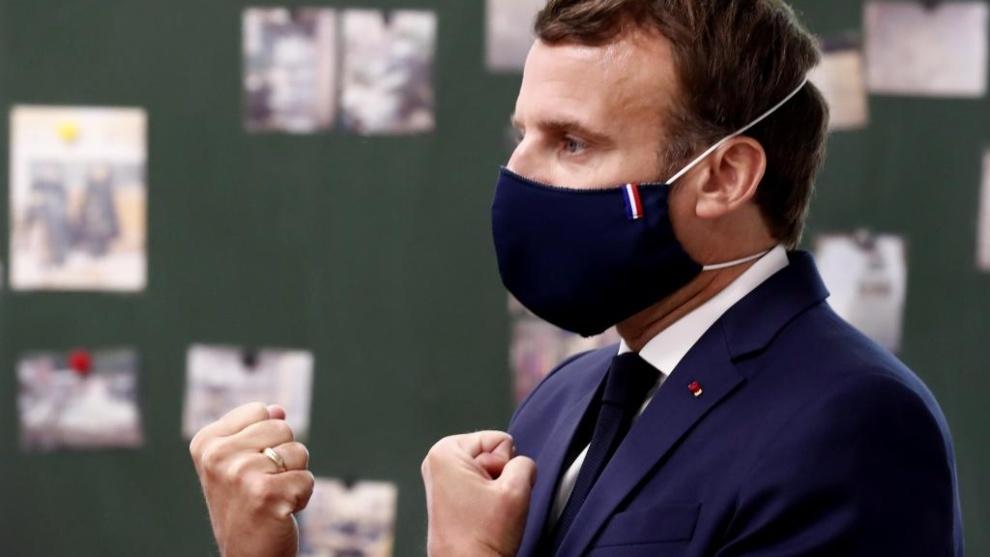 El presidente de Francia, Macron, impone cuarentena a los viajeros que...