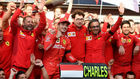 Leclerc y Binotto, con más miembros de Ferrari.