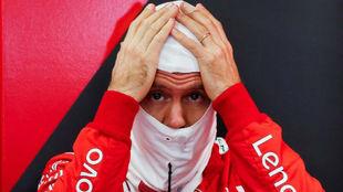 Vettel, en el box de Ferrari.