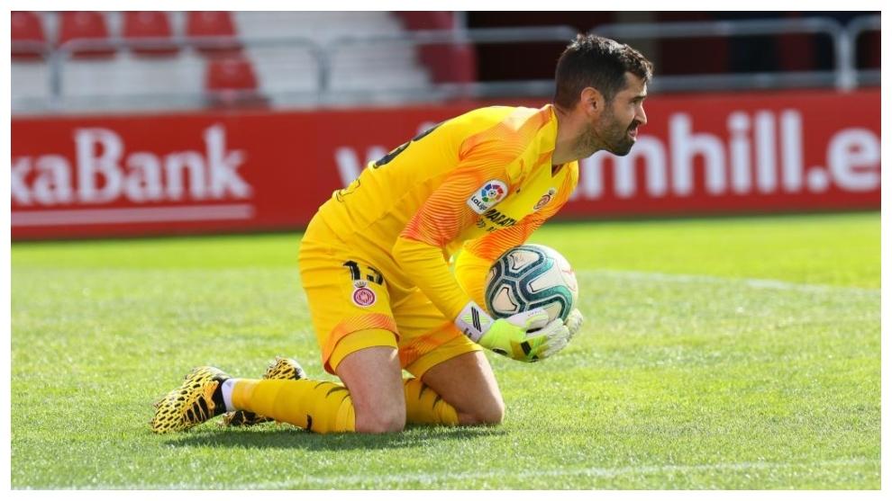 Asier Riesgo, con el balón, dura te un partido con el Girona