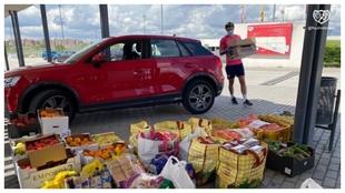 Los jugadores del Rayo llevando alimentos