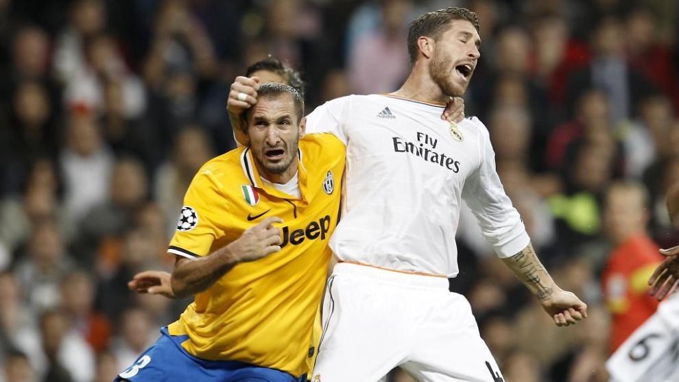 Encontronazo entre Chiellini y Ramos en un partido de Champions.