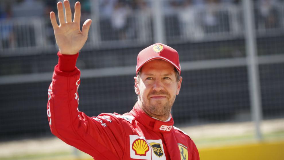 Vettel, saludando.