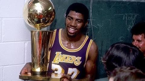 Magic Johnson, en el vestuario de los Lakers, con el trofeo de...