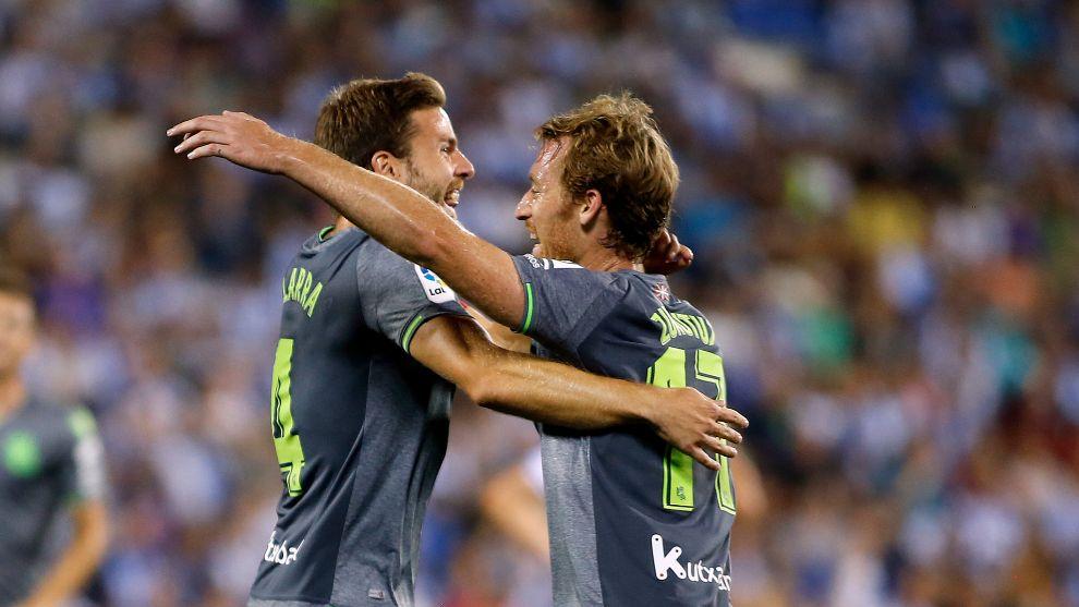 Illarramendi y Zurutuza celebran un gol en un partido de una pasada...