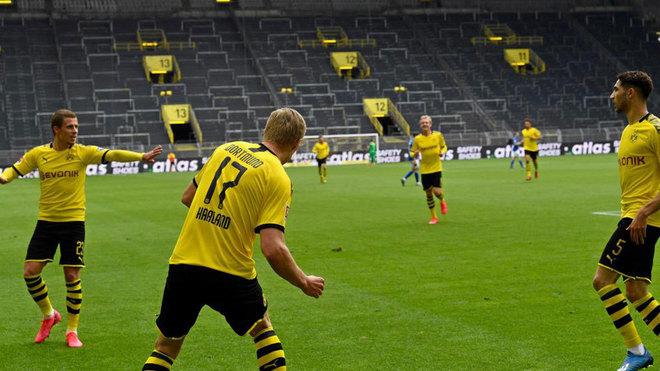 Los jugadores del Dortmund celebran el gol de Haaland con...