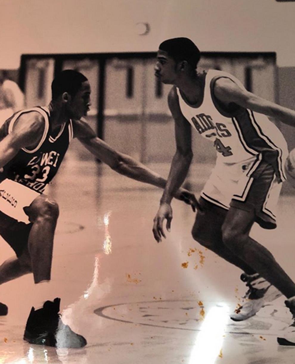 Kobe Bryant y Richard Hamilton enfrentándose en un partido de High...