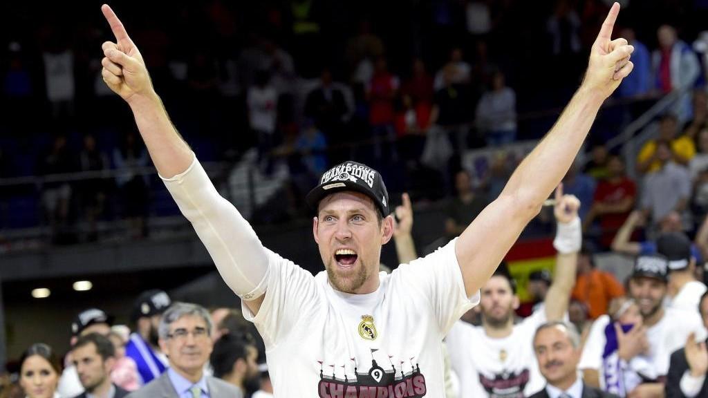 Andrés Nocioni celebra el título de la Euroliga de 2015 con el...