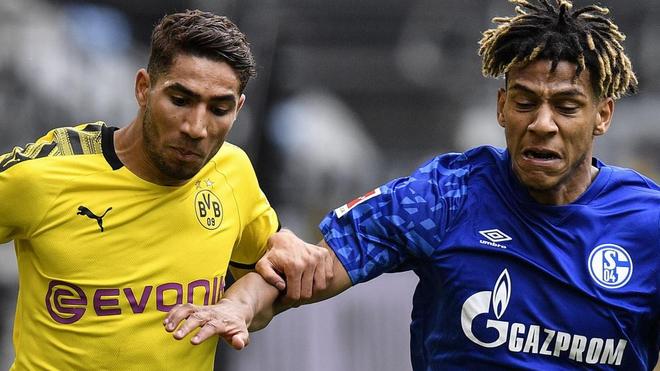 Achraf pugna con Todibo durante el Borussia - Schalke