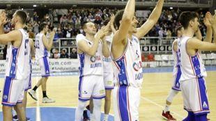 Los jugadores del Lucentum Alicante saludan a la afición en un...