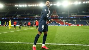 Neymar celebra el pase a los cuartos de la Champions con el Parque de...