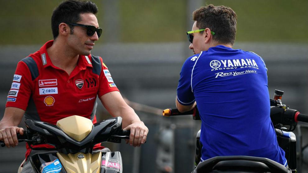 Pirro y Lorenzo, en un vial en el test de Sepang viendo a los...
