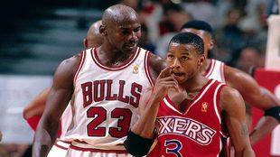 Jordan se dirige a Iverson durante un partido entre los Bulls y los...