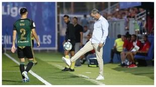 Bolo toca al balón ante la presencia de Son durante un partido