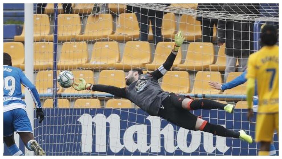 Dani Giménez para el balón en un remate del Alcorcón en el partido...