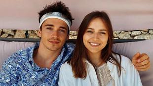 Leclerc posa con su novia Charlotte Sine.