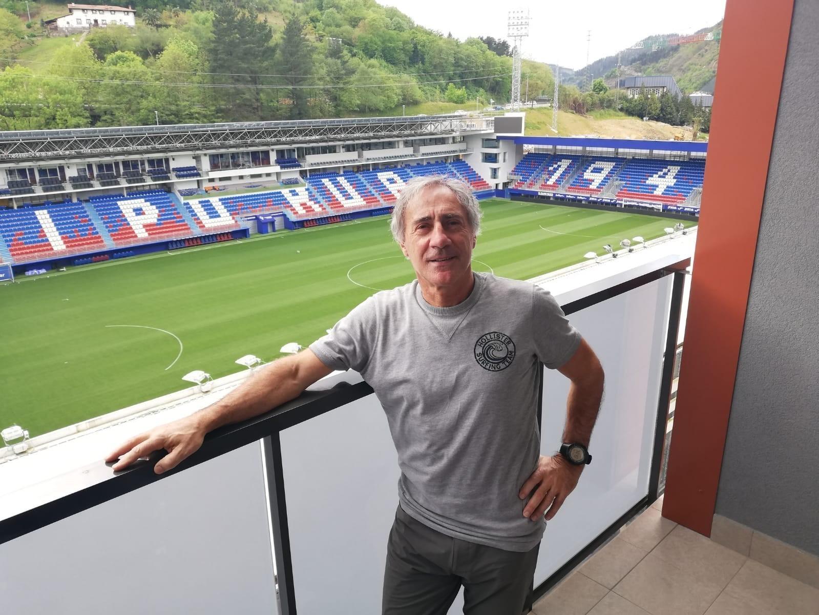 Foto Xepe Gallastegi posa para lt;HIT gt;MARCA lt;/HIT gt; en el balcón de su casa donde se ve estadio lt;HIT gt;Ipurúa lt;/HIT gt; (cedida por Xepe Gallastegi)
