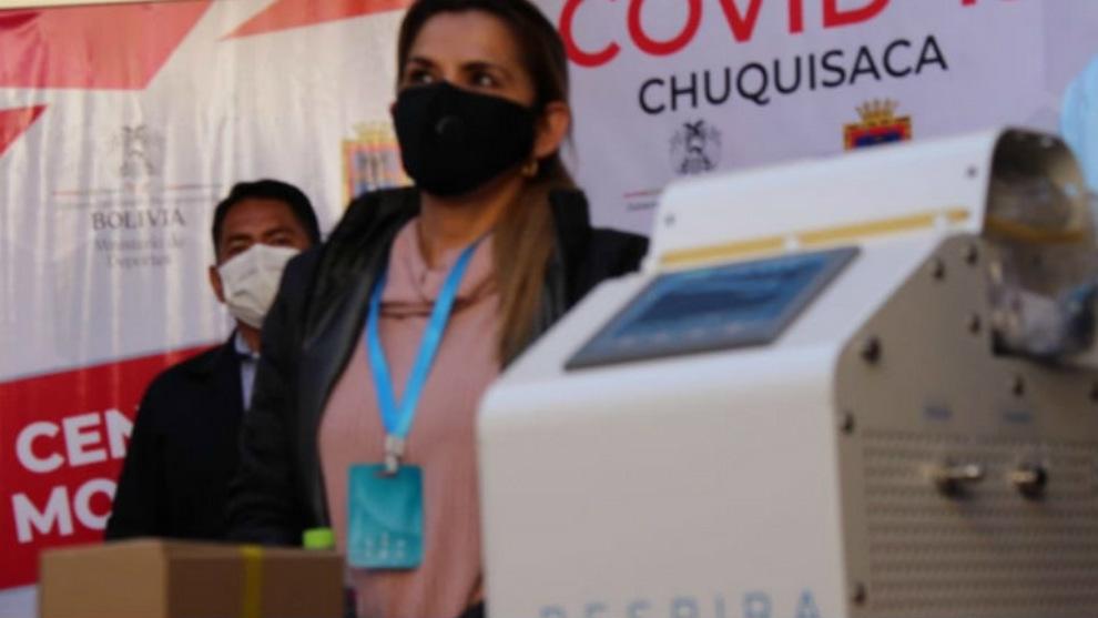 La presidenta de Bolivia usa una 'tarjeta milagrosa' contra el...