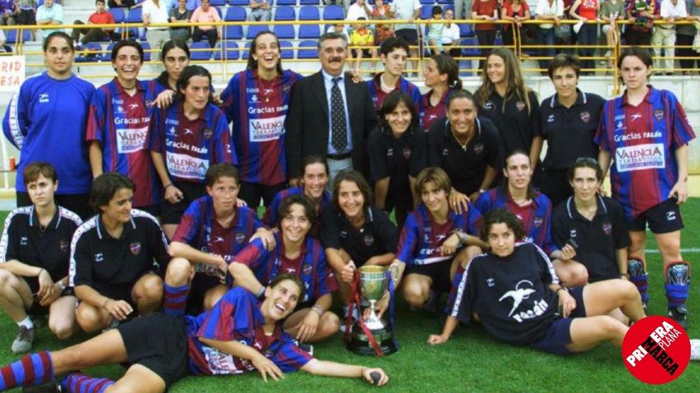 La plantilla del Levante de la temporada 2000/2001, tras ganar la...
