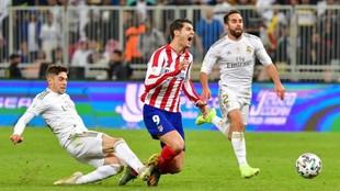 Valverde derriba por detrás a Morata en la final de la Supercopa.