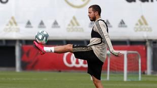 Hazard, con el balón en un entrenamiento en Valdebebas.