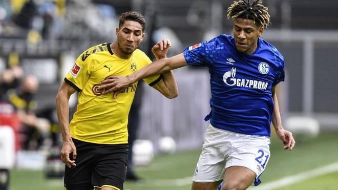 Achraf y Todibo pelean por un balón en el Dortmund-Schalke del pasado...
