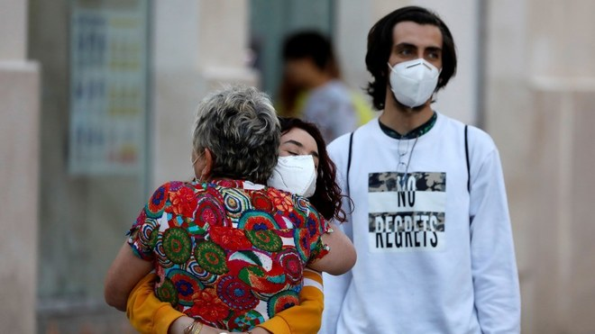 Muestras de afecto con medidas sanitarias en medio de la pandemia.
