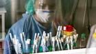 Una sanitaria, con muestras para analizar en un laboratorio.