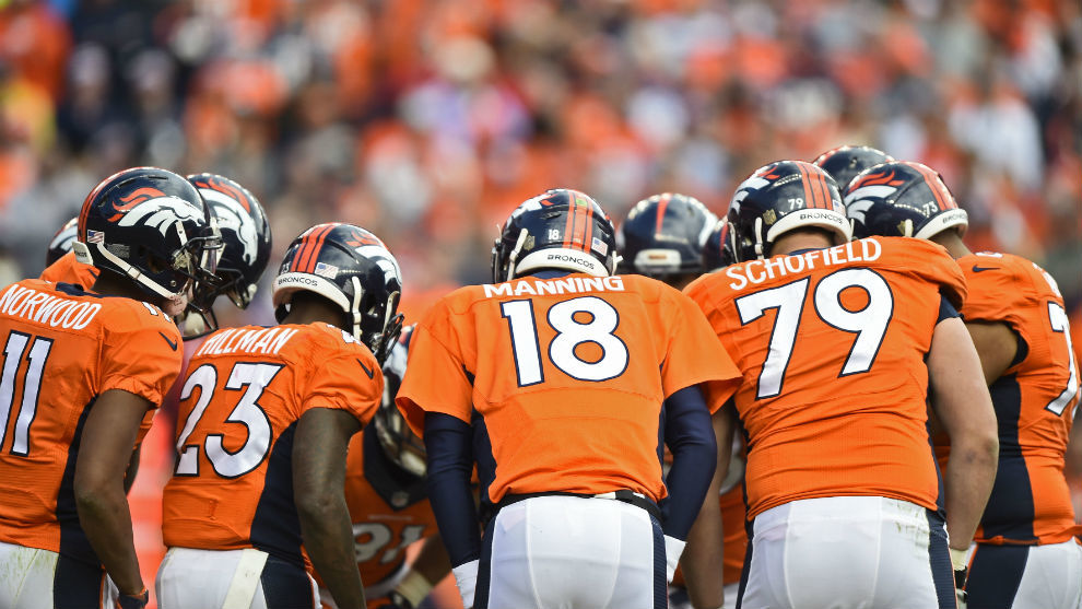 Los jugadores de los Broncos, antes de iniciar una jugada