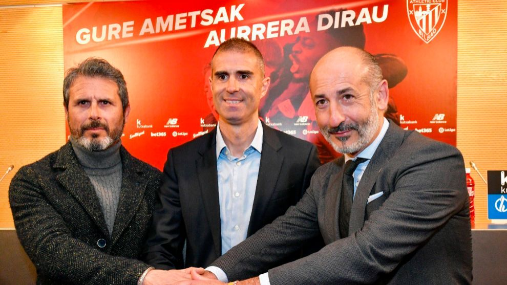 Alkorta, Garitano y Elizegi, en el acto de la renovación del técnico...