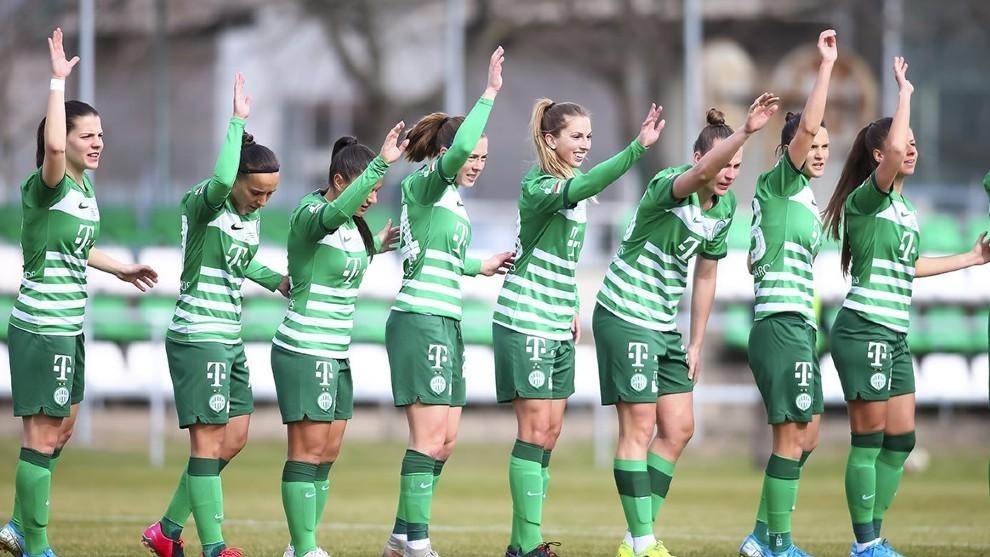 Jugadoras del Ferencváros saludan al público tras un partido.