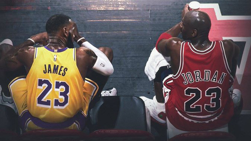 Montaje con LeBron y Jordan en el mismo banquillo