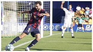 Fran Cruz, con el balón, durante un partido