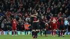 Los jugadores del Atlético celebran la victoria en Anfield en su...