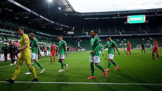 Los jugadores del Werder Bremen se retiran del césped.