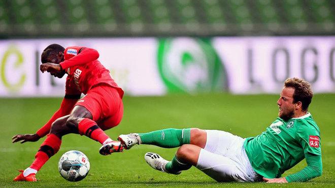 Bargfrede entra a Diaby durante el choque entre el Werder Bremen-Bayer...