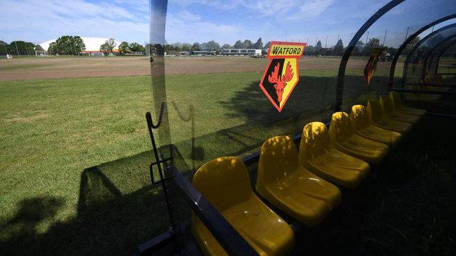 Banquillo en el campo de entrenamiento del Watford.