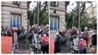 Un manifestante golpea una señal con una escoba en Madrid.
