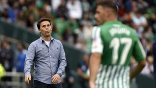 Rubi (50) mira a Joaquín en un partido de Liga del Betis.